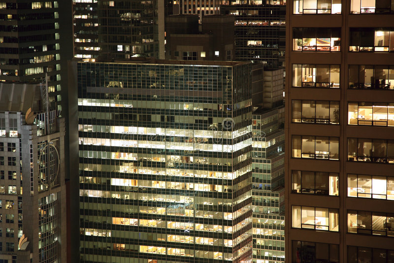 Wolkenkrabbers bij nacht royalty-vrije stock afbeeldingen