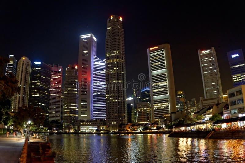 Wolkenkrabbers bij nacht door het water royalty-vrije stock foto