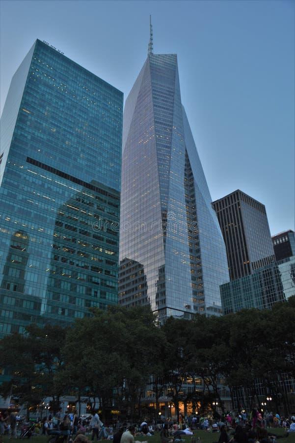Wolkenkrabbers bij van Bedrijfs Bryant Park New York City Manhattan Collectief Districts Verticaal Beeld stock afbeelding