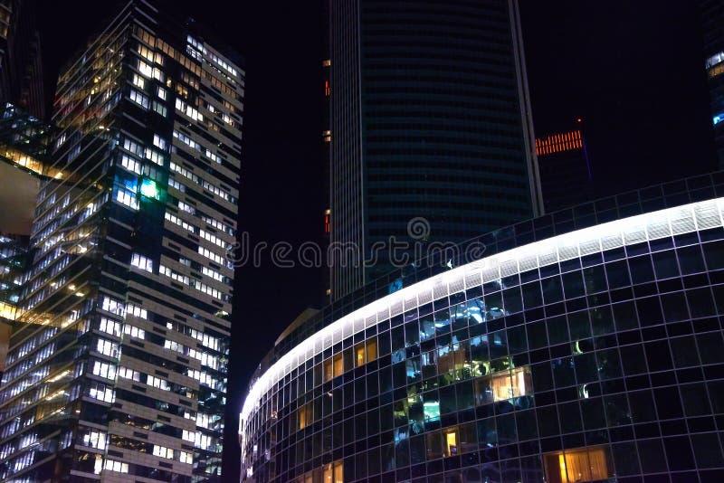Wolkenkrabbers - bureaugebouwen in de Moskou-Stad van de binnenstad bij nacht - stedelijk landschap stock afbeelding