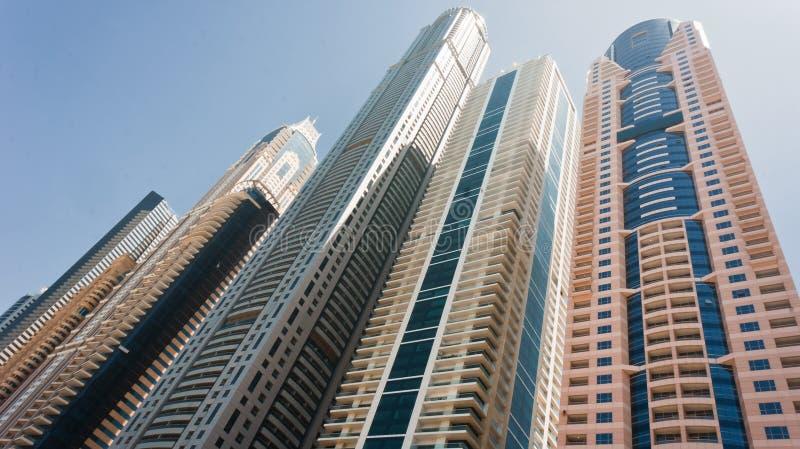 Wolkenkrabbers in commercieel centrum stock afbeeldingen