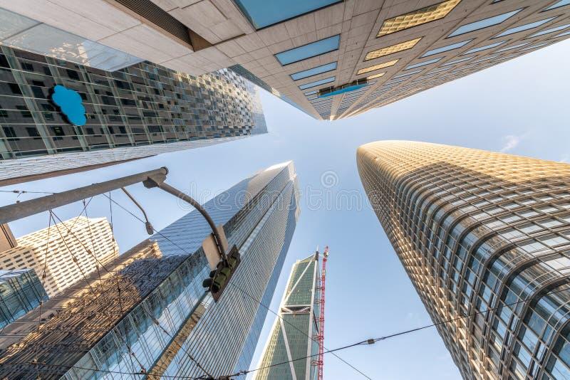 Wolkenkrabbers de van de binnenstad van San Francisco, stijgende mening van straatniveau stock foto