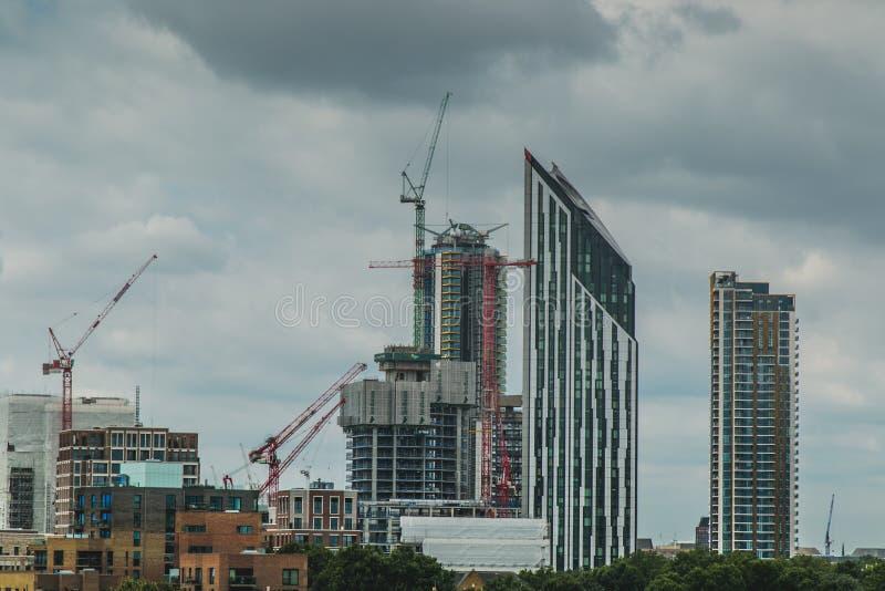 Wolkenkrabbers en Bouw de Kranen stoppen de Horizon vol stock afbeeldingen