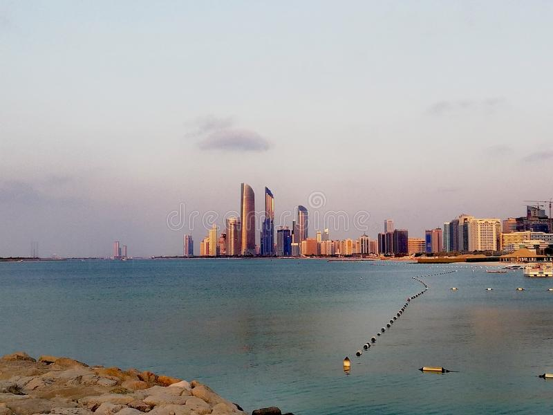 Wolkenkrabbers en strand in Abu Dhabi, Verenigde Arabische Emiraten royalty-vrije stock afbeelding