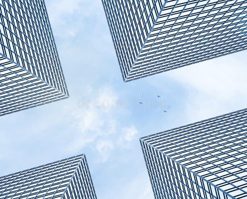 Wolkenkrabbers en vliegtuig stock fotografie