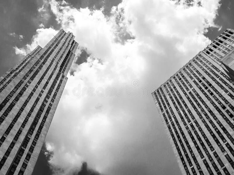 Wolkenkrabbers en wolken stock foto's