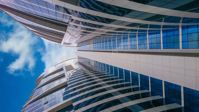 Wolkenkrabbers lange die gebouwen van de grond af naar de hemel worden gezien stock foto's