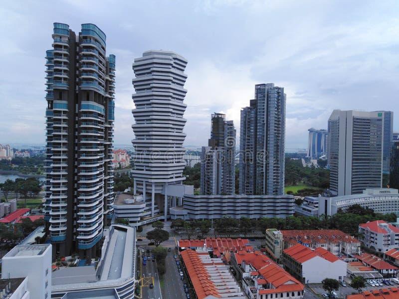 Wolkenkrabbers langs Strandweg in Singapore stock foto's