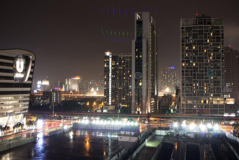 wolkenkrabbers met lichten op de bureaus 's nachts, Bangkok, Thailand stock afbeelding