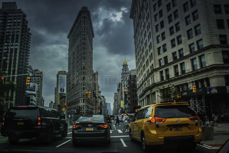 Wolkenkrabbers met vele auto's in New York stock foto's