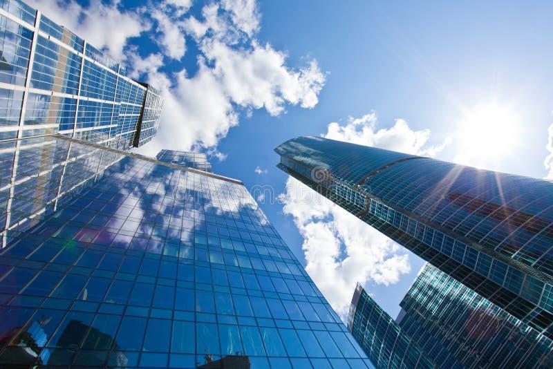 Wolkenkrabbers op hemelachtergrond stock foto