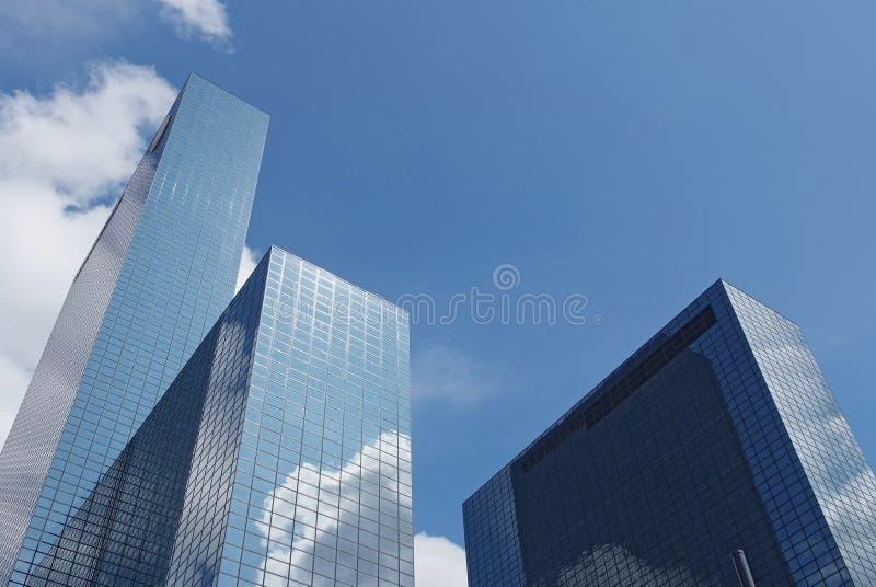 Wolkenkrabbers in Rotterdam met bezinningen van wolken stock foto