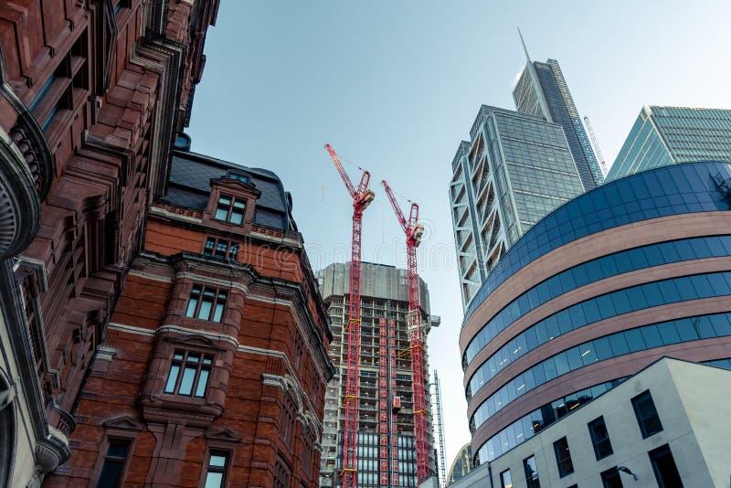 Wolkenkrabbers in Stad van Londen, een mengeling van oude en nieuwe architectuur stock foto