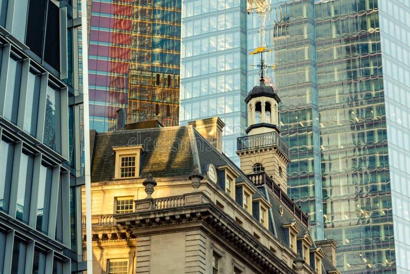 Wolkenkrabbers in Stad van Londen, een mengeling van oude en nieuwe architectuur stock afbeelding
