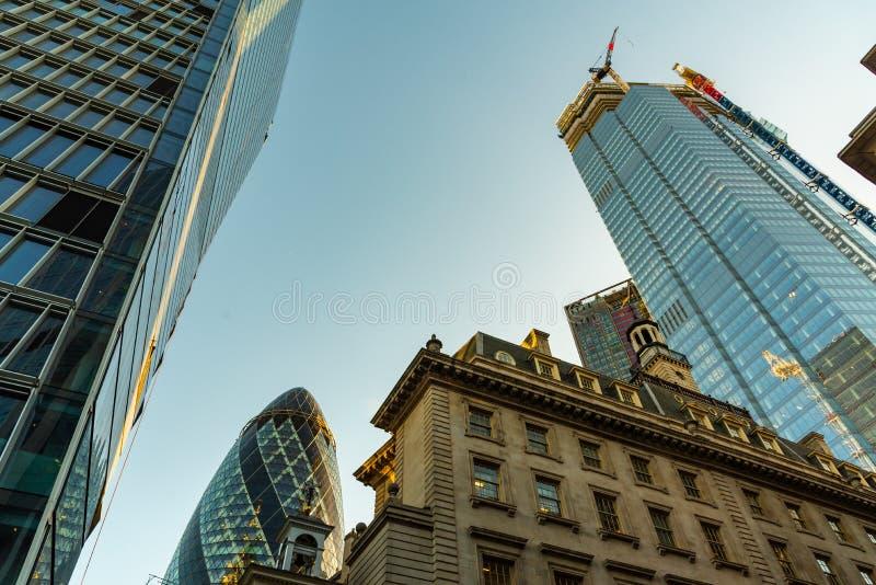 Wolkenkrabbers in Stad van Londen, een mengeling van oude en nieuwe architectuur stock foto's