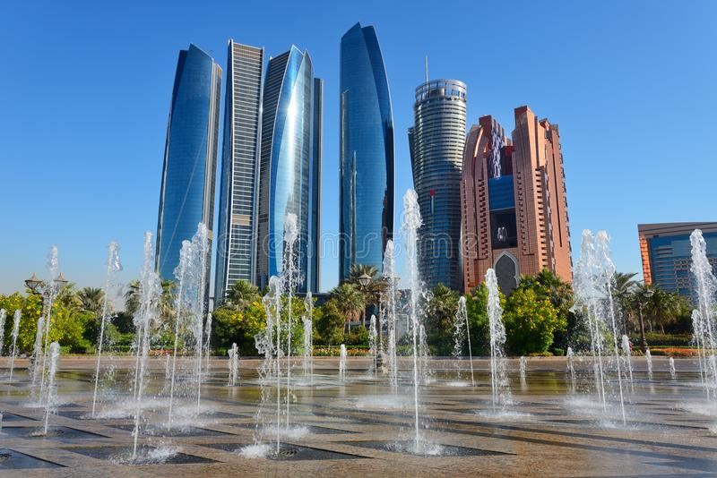 Wolkenkrabbers van Abu Dhabi, de V.A.E royalty-vrije stock afbeeldingen