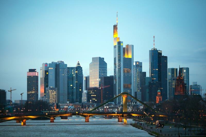 Wolkenkrabbers van de Mijn van Frankfurt am in avondtijd royalty-vrije stock fotografie