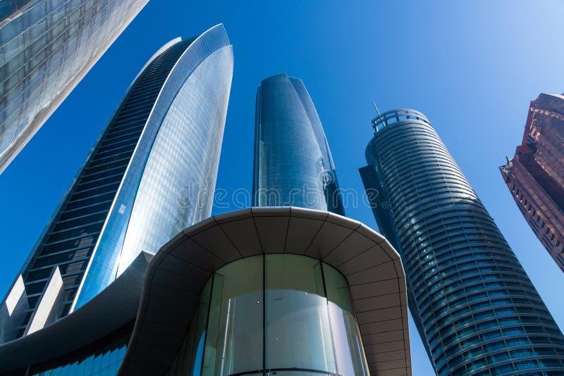 Wolkenkrabbers van hieronder a worden geschoten die Verenigde Arabische emiraten royalty-vrije stock afbeeldingen