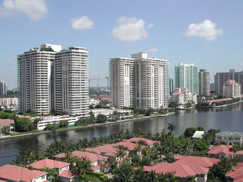 Wolkenkrabbers, waterkanthuizen royalty-vrije stock afbeeldingen
