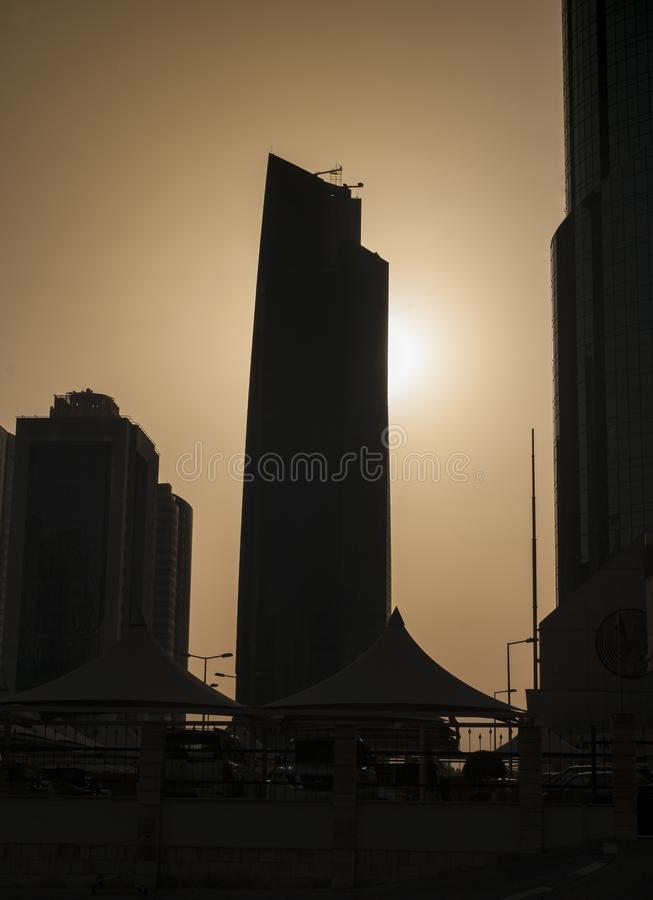 Wolkenkrabbersvormen in zonsondergang stock afbeeldingen
