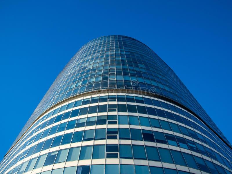 Wolkenkratzer auf dem blauen Himmel stockfoto