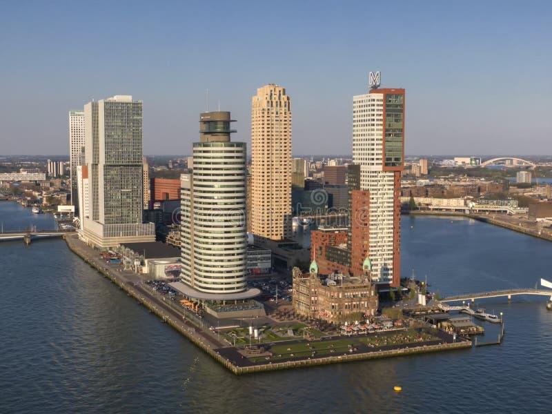 Wolkenkratzer bei Wilhelminakade Kop van Zuid in Rotterdam-Vogelperspektive lizenzfreie stockbilder