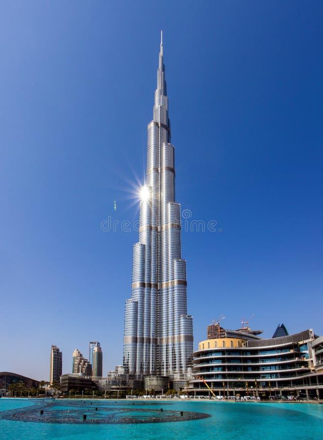 Wolkenkratzer Burj Khalifa und Pool, Dubai stockbilder