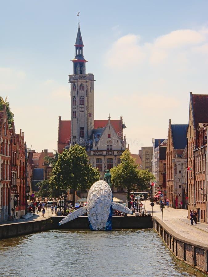 Wolkenkratzer, der Brügge-Wal, Plastikstatue durch StudioKCA in im Stadtzentrum gelegenem Brügge, Teil von Brügge-Triennium 2018 lizenzfreie stockfotografie