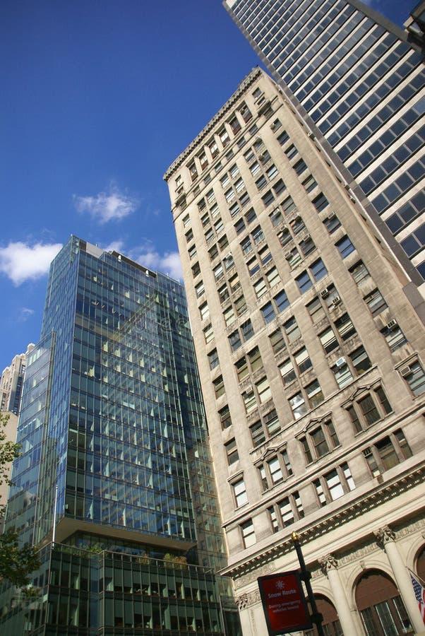 Wolkenkratzer, die über New York hochragen lizenzfreies stockbild