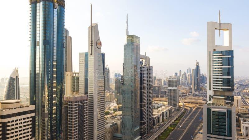 Wolkenkratzer entlang Sheikh Zayed Road stockfotos
