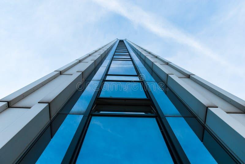 Wolkenkratzer - errichtende Front lizenzfreie stockbilder
