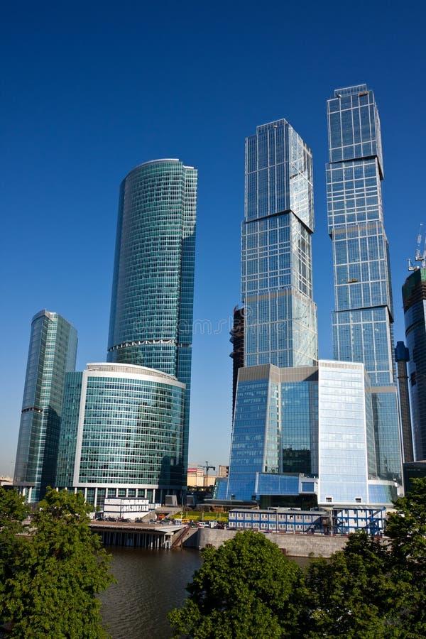 Wolkenkratzer im Geschäftszentrum lizenzfreies stockbild