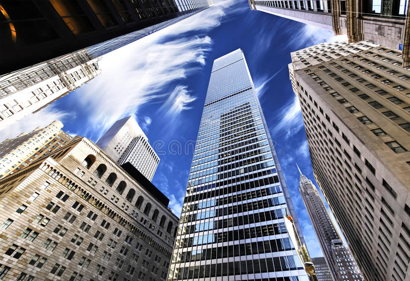 Wolkenkratzer im Lower Manhattan, oben betrachtend Himmel, New York City lizenzfreie stockfotografie