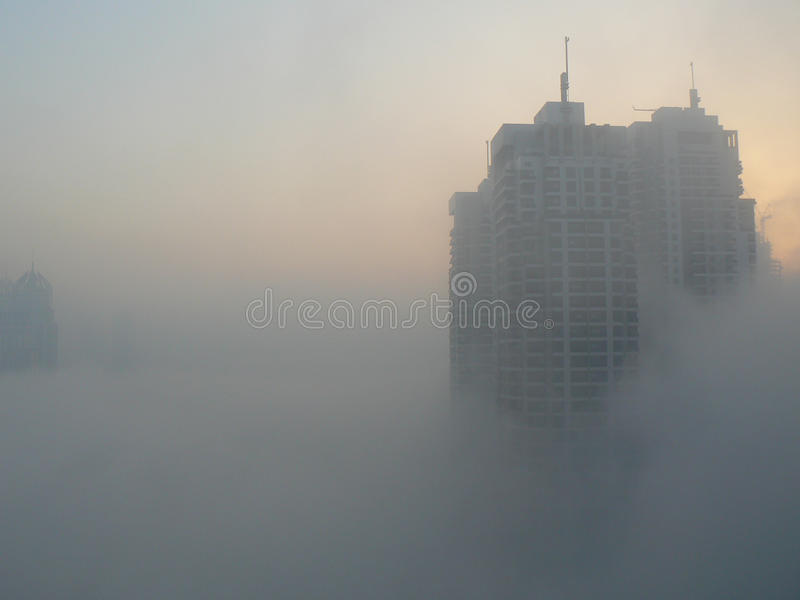 Wolkenkratzer im Nebel stockfotos
