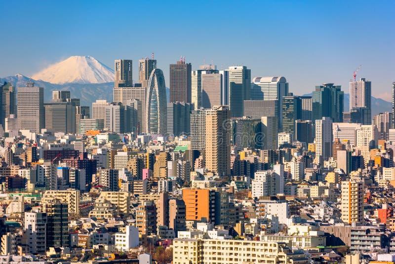 Wolkenkratzer im Shinjuku Bezirk von Tokyo mit dem Fujisan sichtbar fuji stockbild