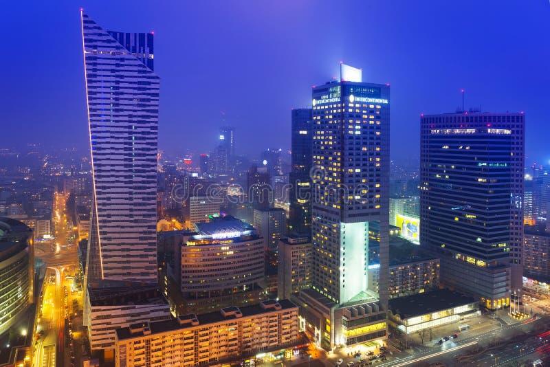 Wolkenkratzer im Stadtzentrum von Warschau nachts lizenzfreie stockfotos