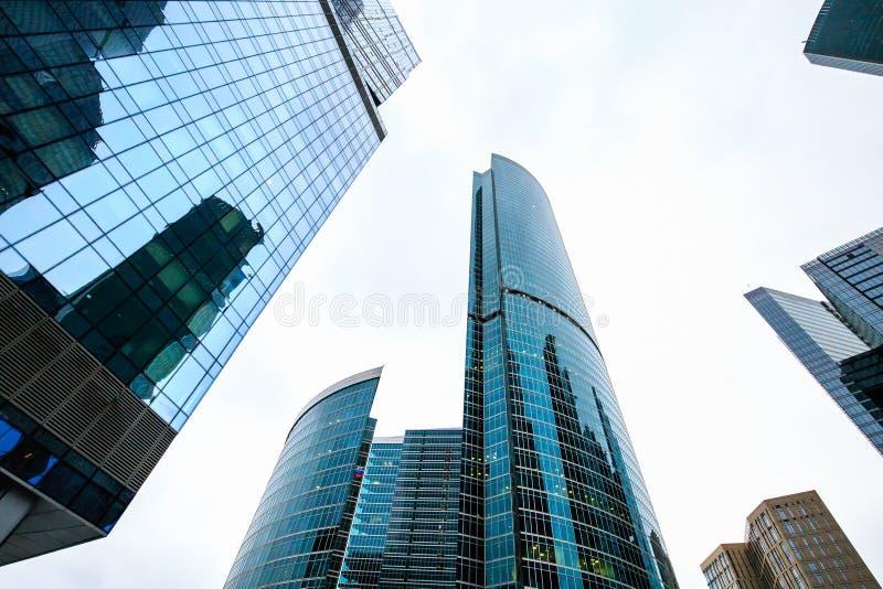 Wolkenkratzer innen in die Stadt Außendesign der modernen Stadtgebäude, Glasfassaden lizenzfreie stockfotos