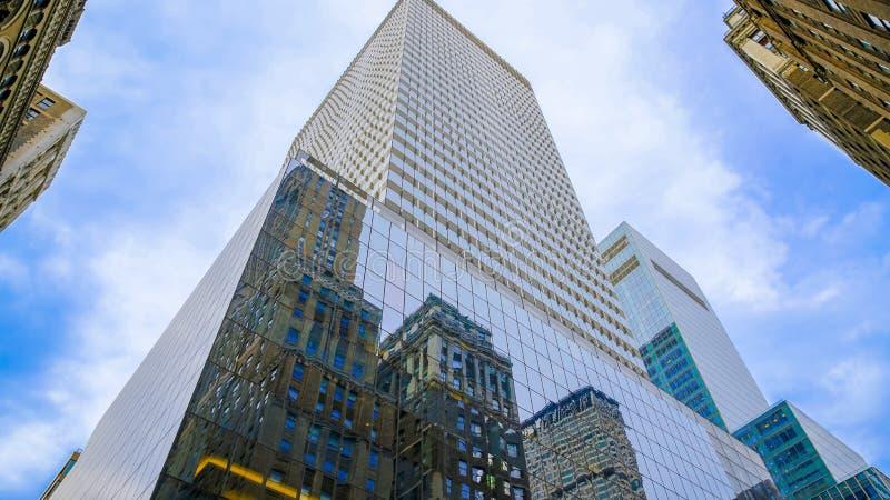 Wolkenkratzer mit blauem Glas stockfotos
