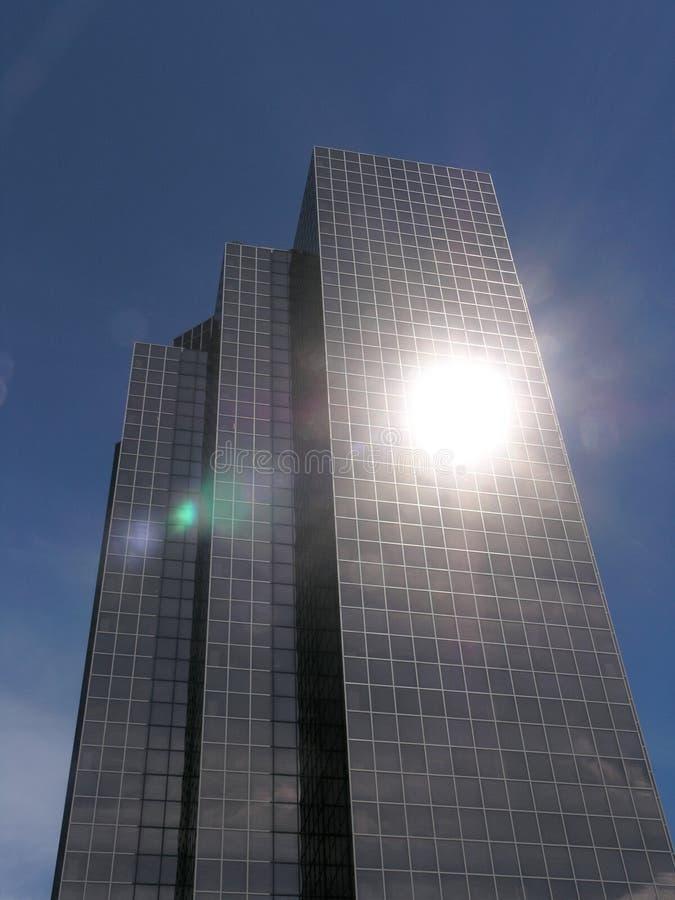 Wolkenkratzer mit Objektiv-Aufflackern stockbild
