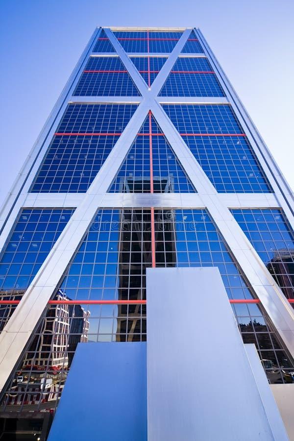Wolkenkratzer mit Reflexion lizenzfreie stockbilder