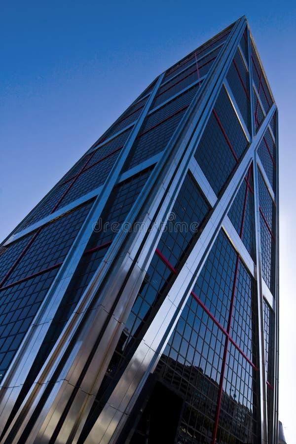 Wolkenkratzer mit Reflexion stockfotos
