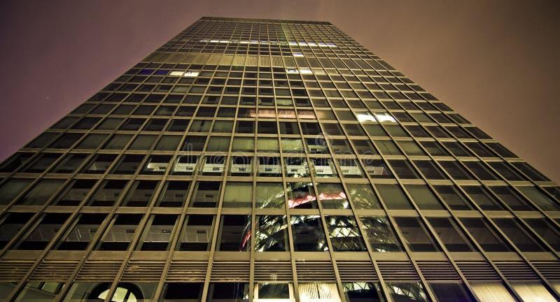 Wolkenkratzer nachts lizenzfreies stockbild