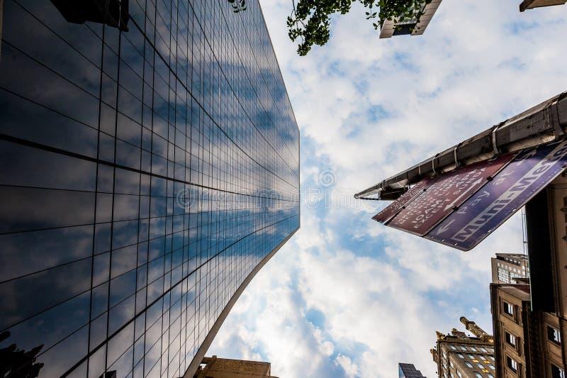 Wolkenkratzer in New York wenn das Verkehrsschild von unterhalb geschossen ist USA lizenzfreies stockfoto