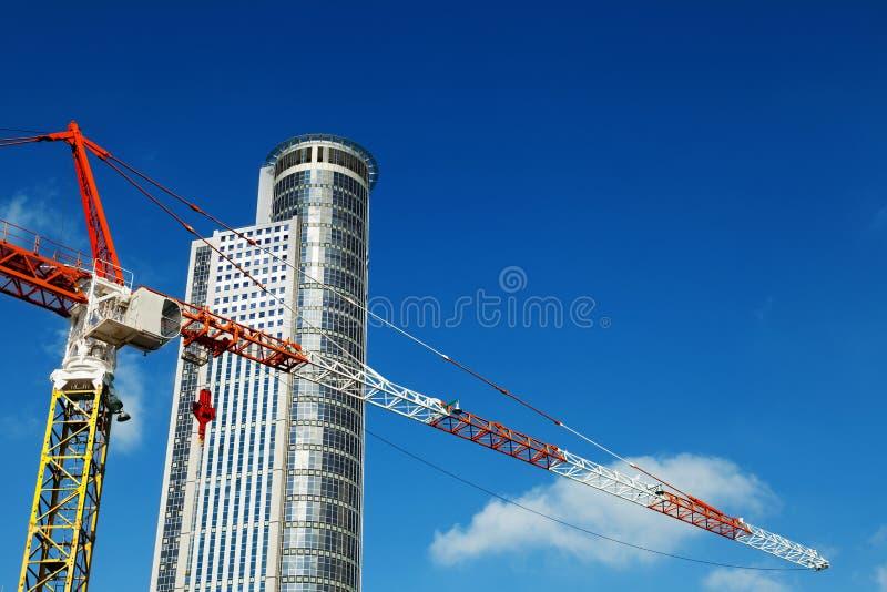 Wolkenkratzer-Spitze u. Crane Excerpt stockfotografie