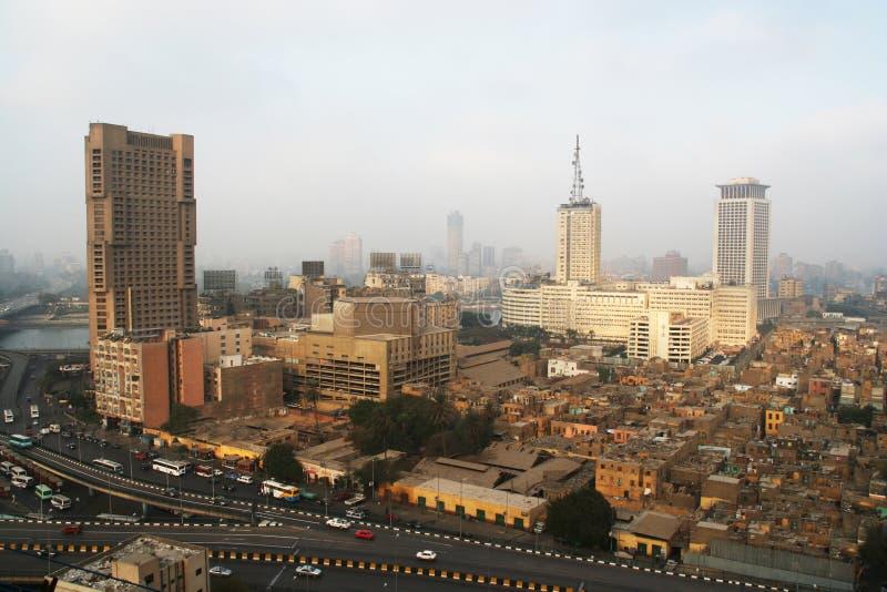 Wolkenkratzer und Elendsviertel in Kairo stockbild
