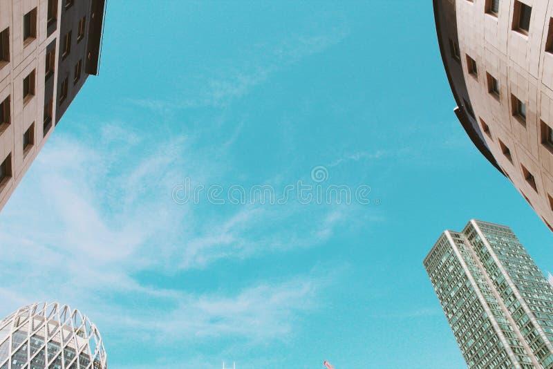 Wolkenkratzer und Himmel lizenzfreie stockfotografie