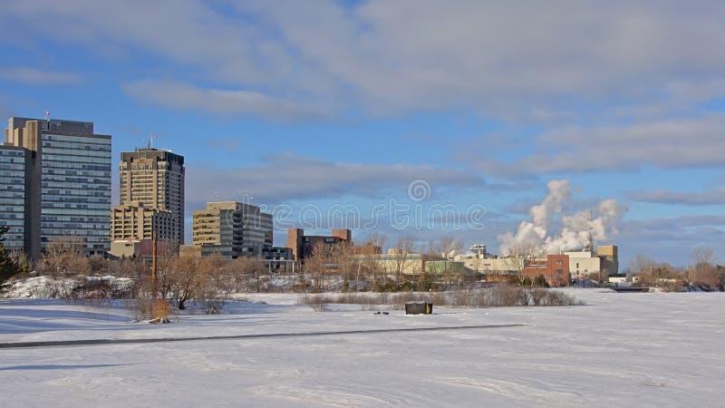 Wolkenkratzer und Industriebauten entlang Ottawa-Fluss stockfotografie