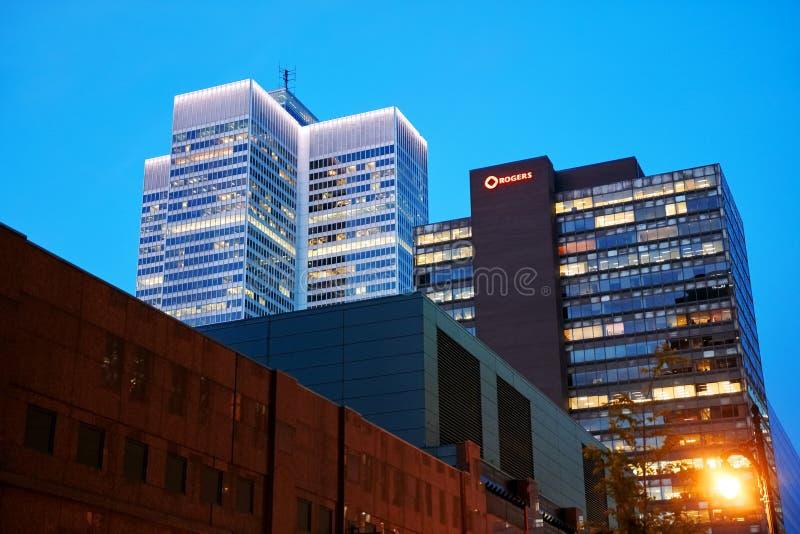 Wolkenkratzer- und Rogers-Medien, die bei Sonnenuntergang in Montreal, Quebec, Kanada errichten stockfotografie