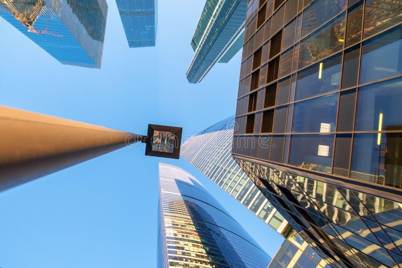 Wolkenkratzer unter herauf Ansicht lizenzfreie stockfotos