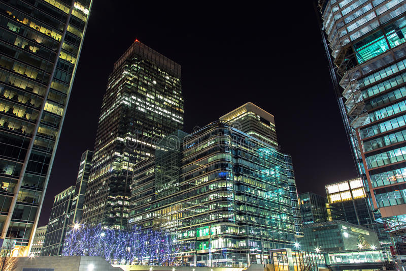 Wolkenkratzer von Canary Wharf bis zum Nacht, London, Großbritannien stockbild